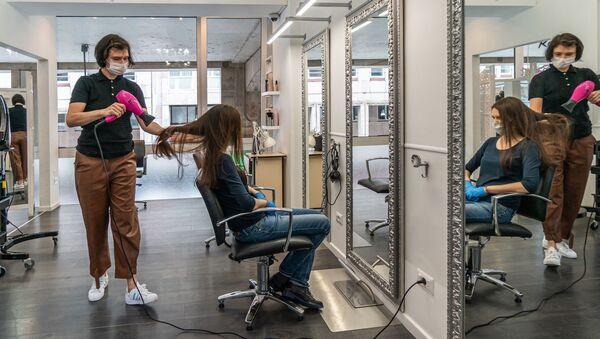 Da un parrucchiere a Milano - Sputnik Italia