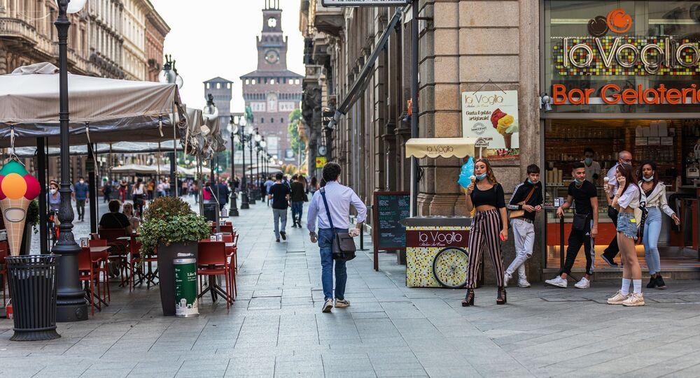 Passanti in una via di Milano