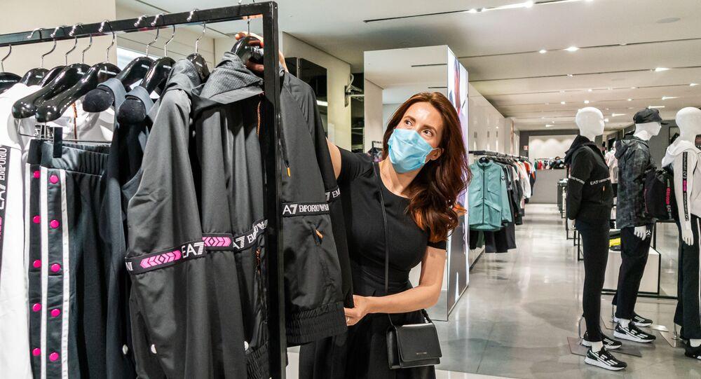Una donna in un negozio di abbigliamento a Milano