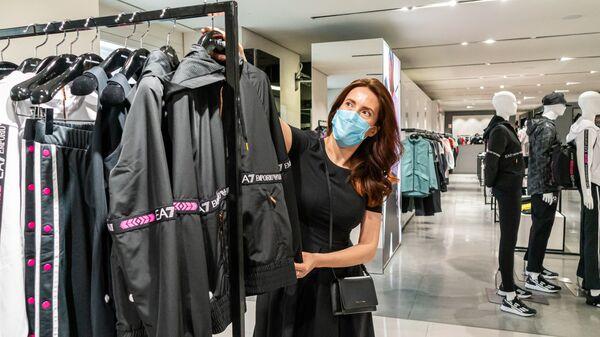 Una donna in un negozio di abbigliamento a Milano - Sputnik Italia
