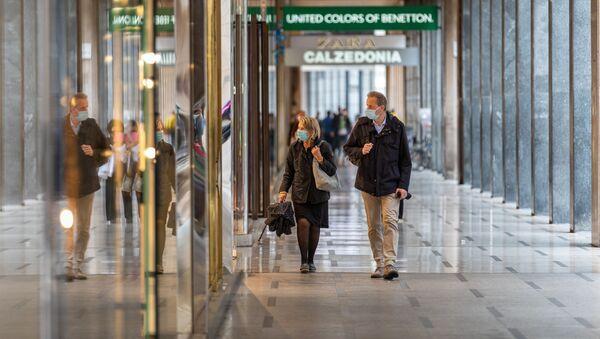 Clienti in un centro commerciale a Milano - Sputnik Italia