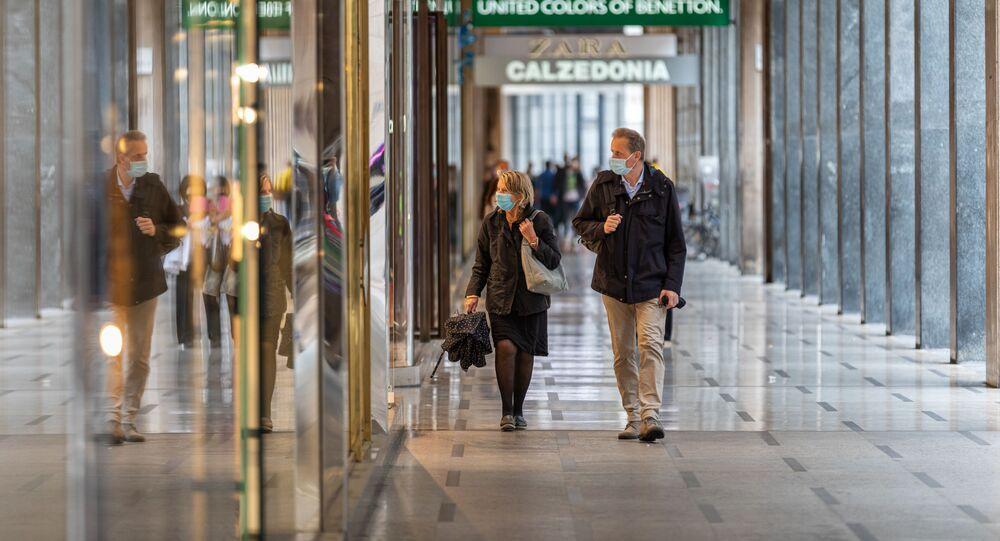 Clienti in un centro commerciale a Milano