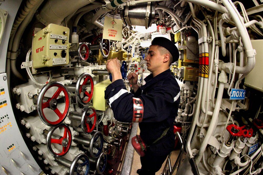 Un marinaio del sottomarino diesel Ust-Kamchatsk della flotta del Pacifico durante una sessione di addestramento