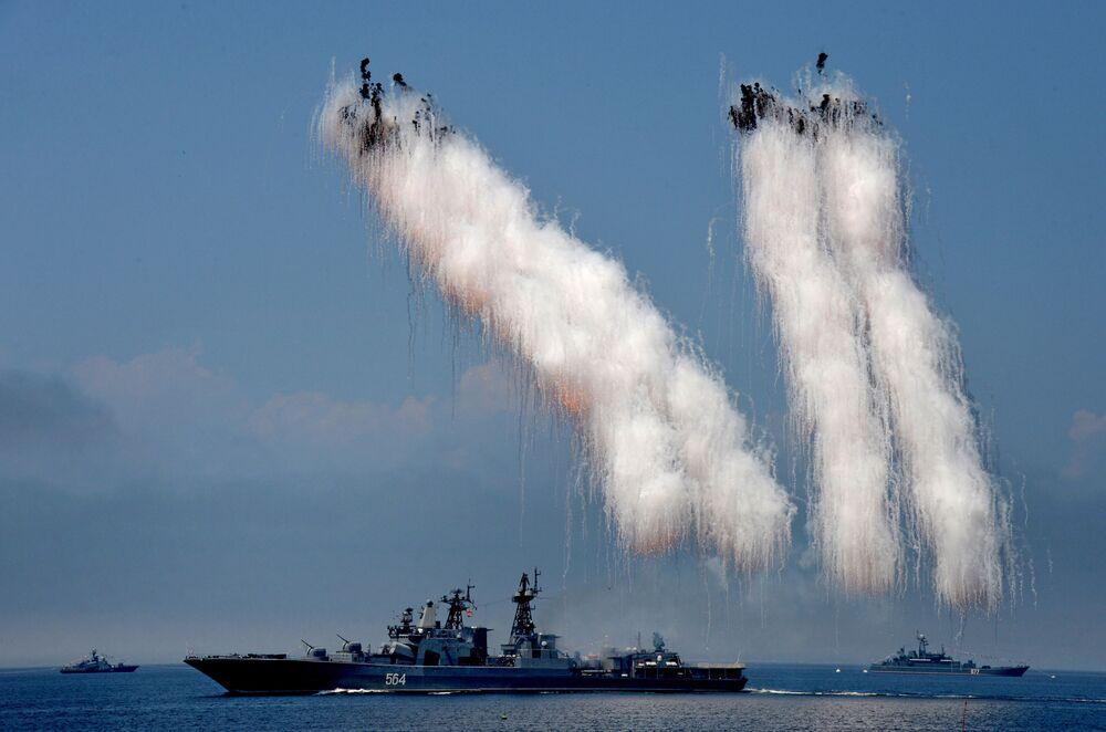 Grande nave antisommergibile Admiral Tributs durante una prova generale della parata navale dedicata al Giorno della Marina russa