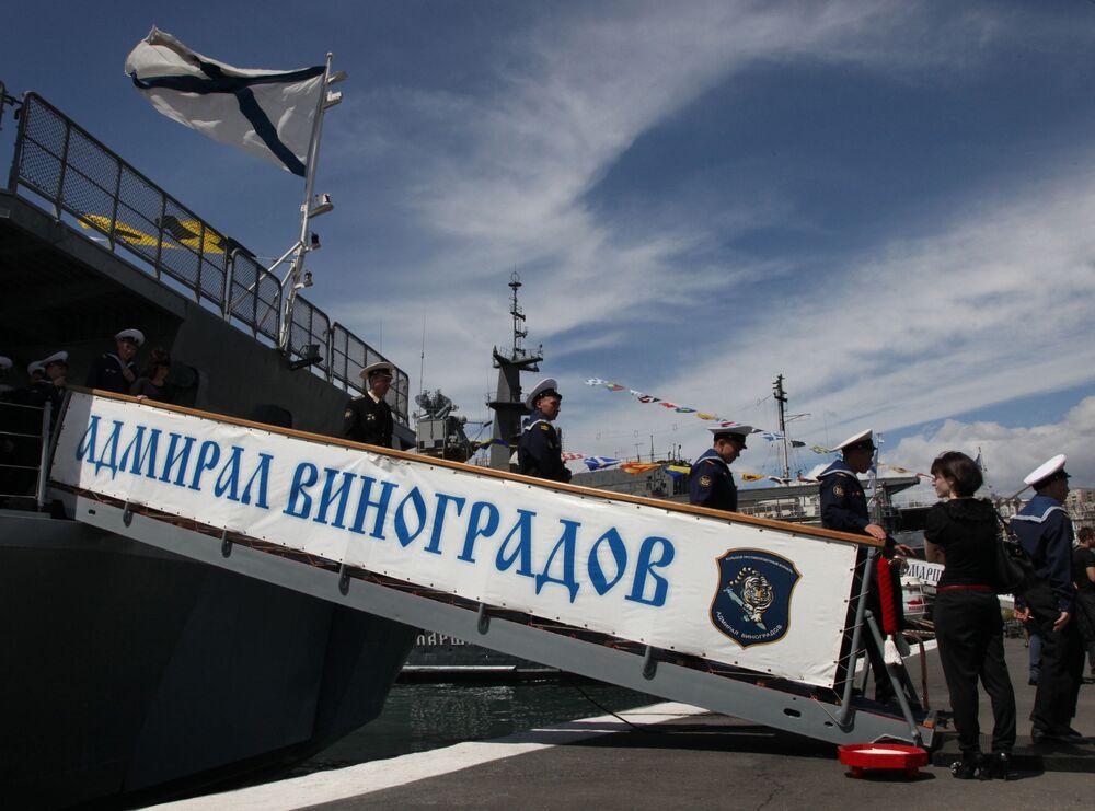 Marinai scendono dalla nave durante la cerimonia di incontro delle navi della flotta del Pacifico russa guidate dalla grande nave antisommergibile Ammiraglio Vinogradov, che sono tornate dal Golfo di Aden