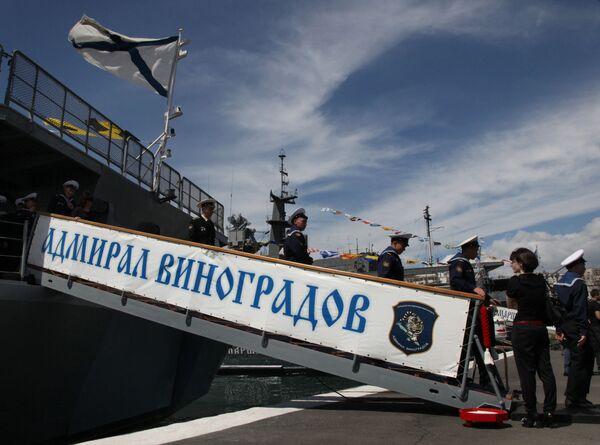 Marinai scendono dalla nave durante la cerimonia di incontro delle navi della flotta del Pacifico russa guidate dalla grande nave antisommergibile Ammiraglio Vinogradov, che sono tornate dal Golfo di Aden - Sputnik Italia