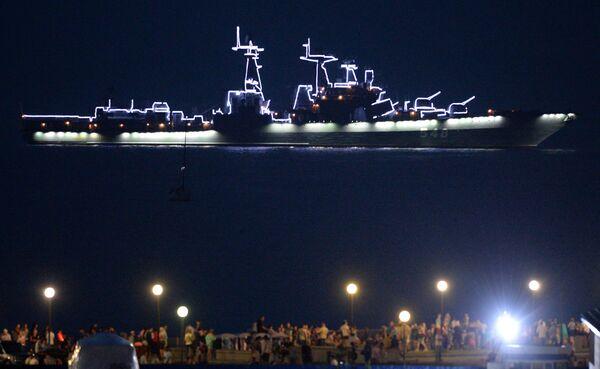 Grande nave antisommergibile Admiral Panteleev durante un saluto in onore della Marina russa - Sputnik Italia