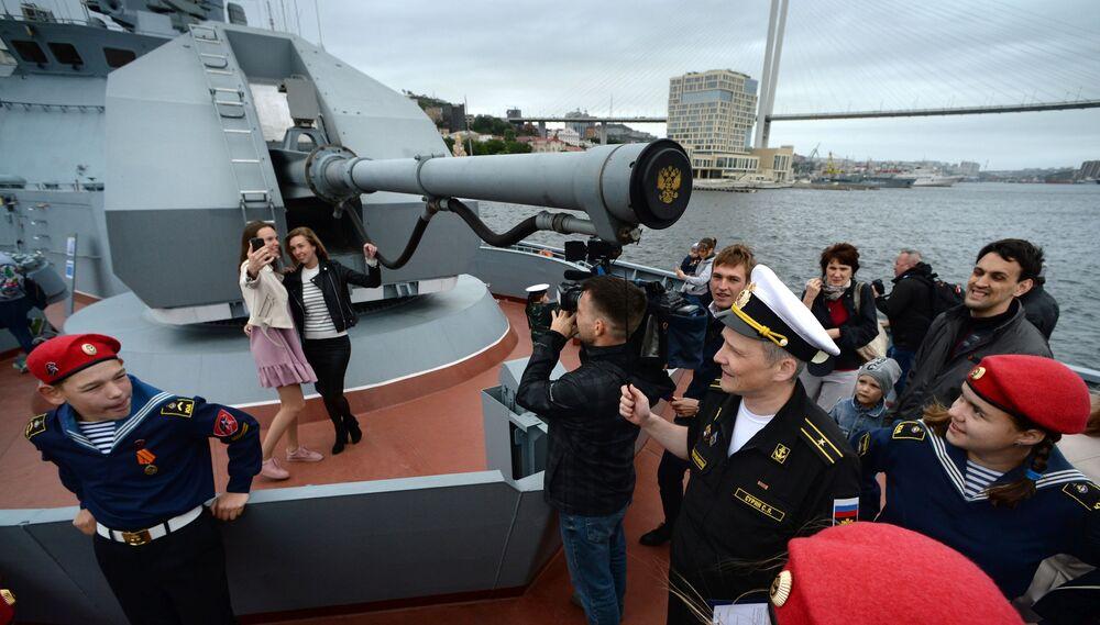 Visitatori sul ponte della corvetta russa Gromky al forum tecnico-militare internazionale Esercito 2019 a Vladivostok