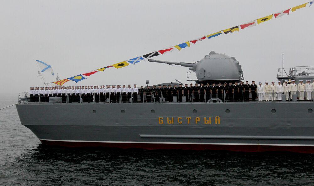 L'equipaggio del cacciatorpediniere russo Bystry durante una prova della parata navale a Vladivostok
