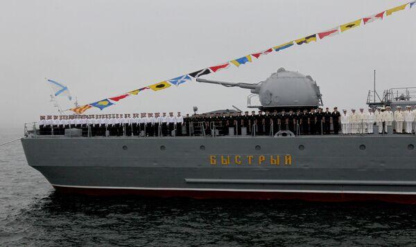 L'equipaggio del cacciatorpediniere russo Bystry durante una prova della parata navale a Vladivostok - Sputnik Italia
