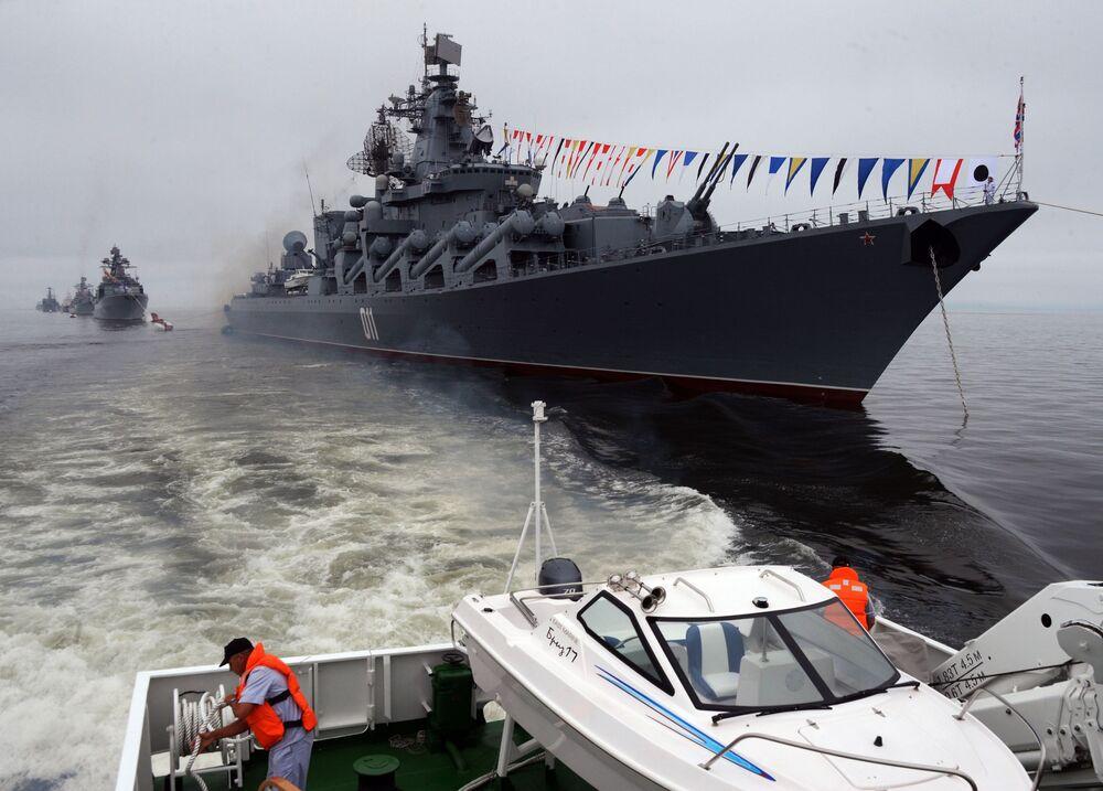 L'incrociatore missilistico Varyag alla celebrazione del Giorno della Marina russa a Vladivostok