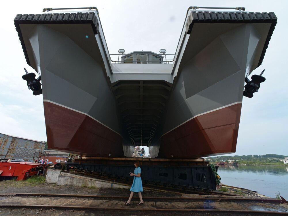 Una donna vicino al motoscafo progetto 23370, realizzato per la squadra di salvataggio della Flotta del Pacifico russa, prima della cerimonia di varo presso lo stabilimento di riparazione e costruzione navale Livadia nel territorio di Primorye