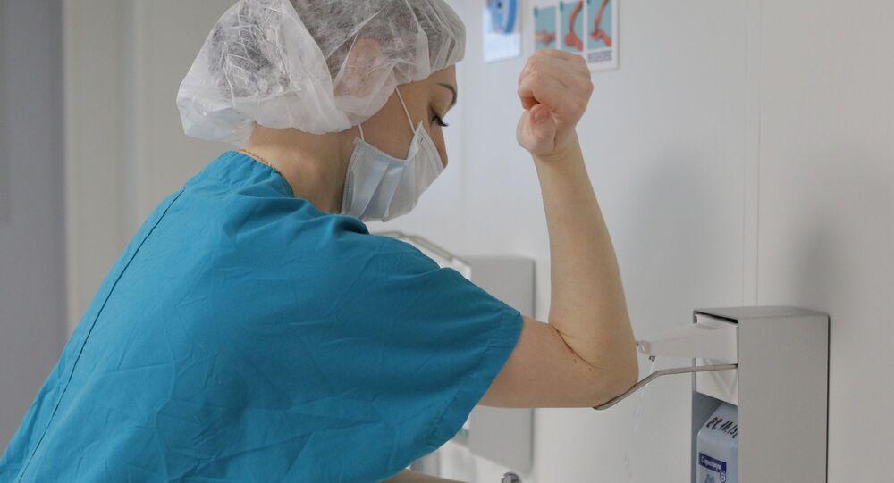 Medico russo le disinfetta le mani