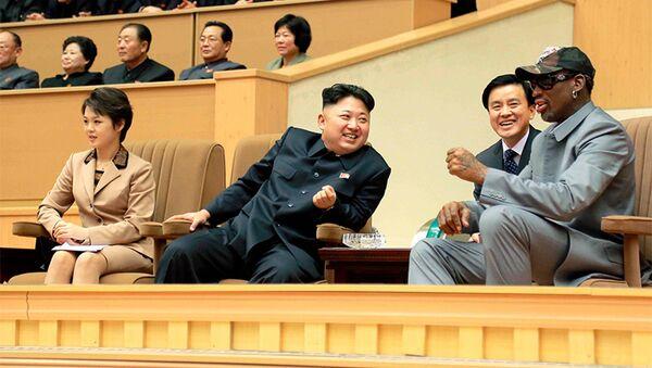 Il leader nordcoreano Kim Jong Un guarda una partita di basket con Dennis Rodman - Sputnik Italia