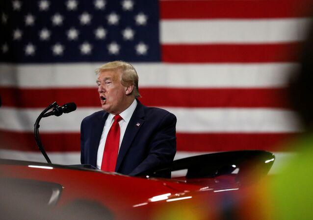 Il presidente Trump durante il Tour all'industria Ford