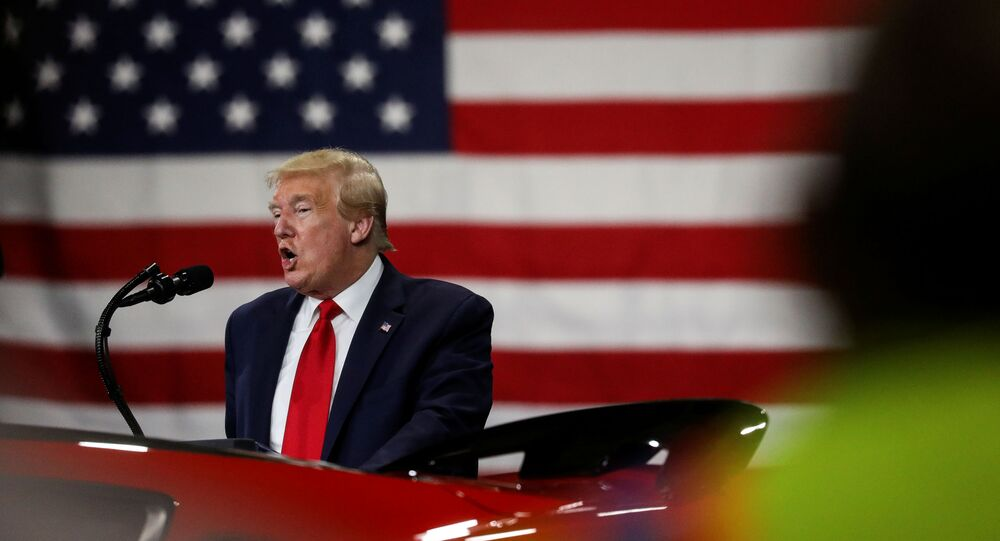 Il presidente Trump durante il Tour all'industria Ford