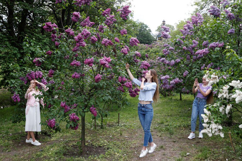 Ragazza in un parco a Kiev, Ucraina.