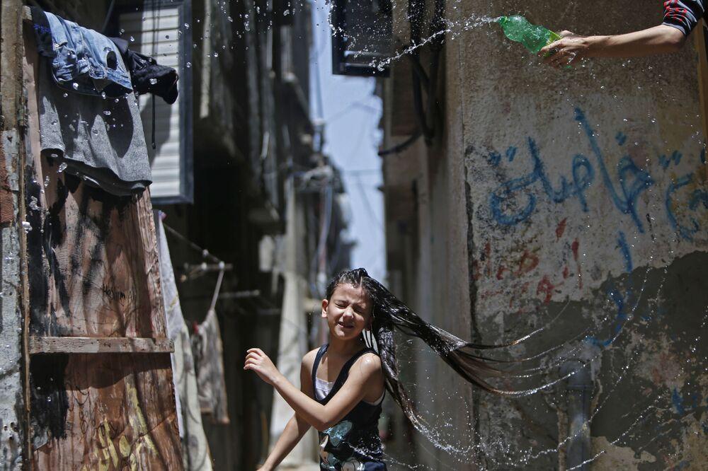 Una bambina palestinese nel campo rifugiati Bureij nel centro della Striscia di Gaza.