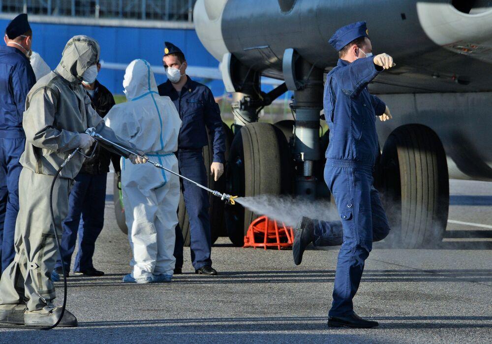 La disinfezione degli specialisti militari russi dopo il ritorno dall'Italia.