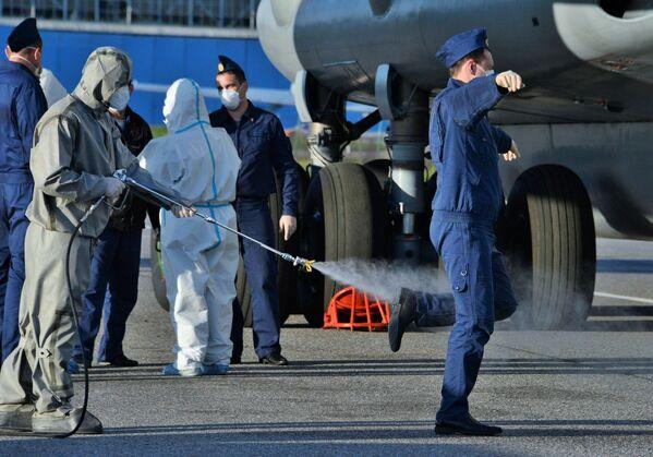La disinfezione degli specialisti militari russi dopo il ritorno dall'Italia. - Sputnik Italia