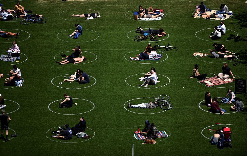I visitatori del parco Domino osservano il distanziamento sociale a New York, USA.
