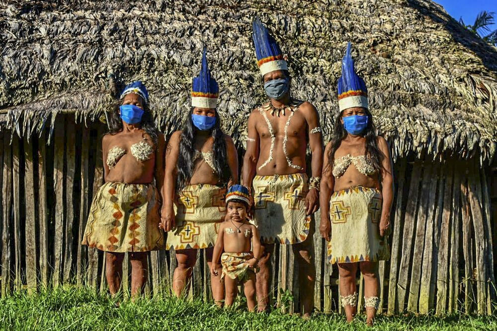 Gli Huitoto colombiani si fanno fotografare in mascherina, Colombia.