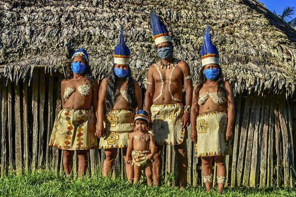 Gli Huitoto colombiani si fanno fotografare in mascherina, Colombia. - Sputnik Italia