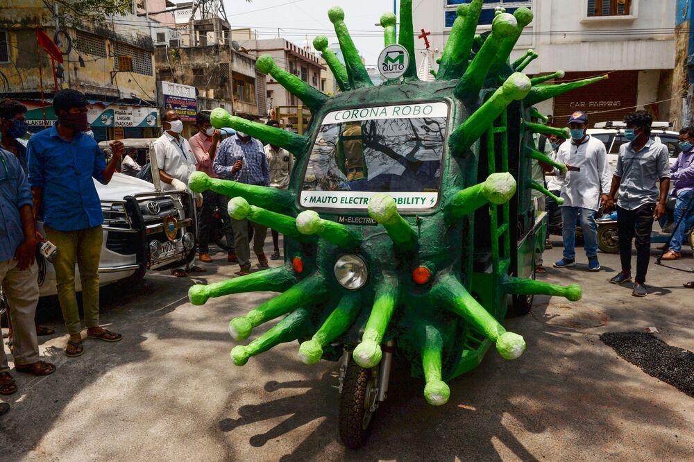 Un tuk-tuk a forma di coronavirus nella città indiana di Chennai.