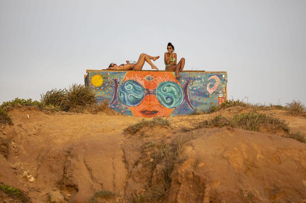 Ragazze prendono il sole al mare in Israele.