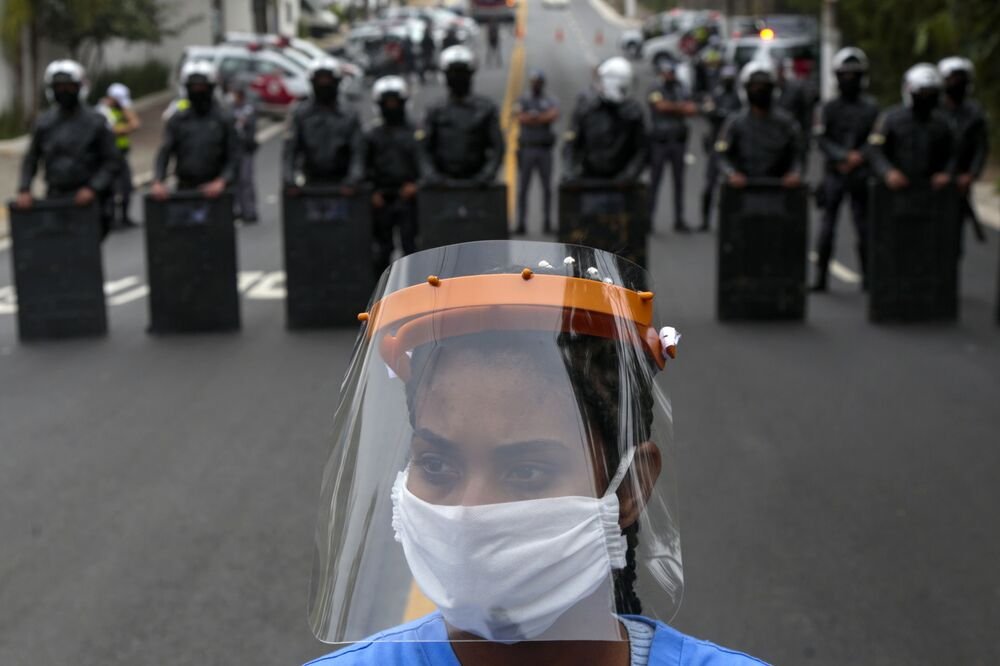 Una protesta per chiedere aiuti aggiuntivo per combattere il coronavirus, San Paolo, Brasile.