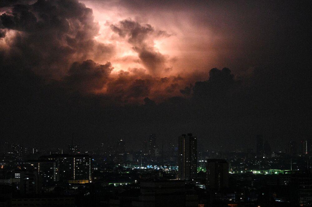 Una tempesta nei cieli di Manila, Filippine.