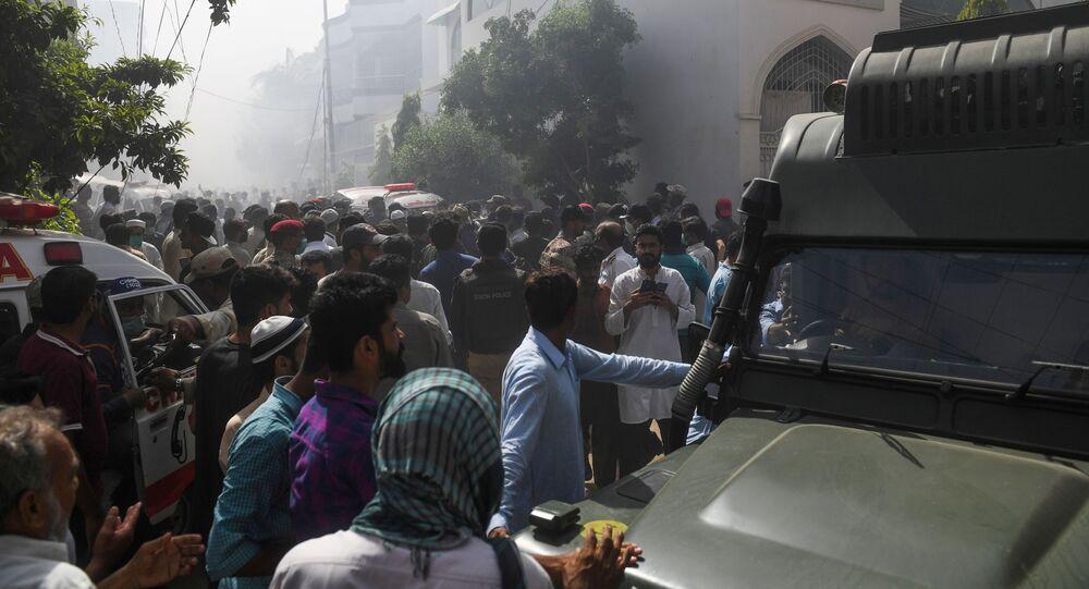 Aereo precipitato tra i palazzi di Karachi, le immagini spettrali