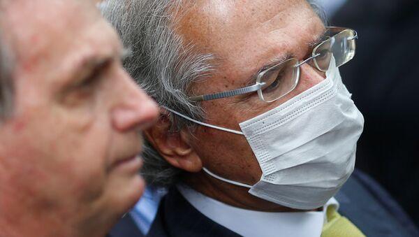 Ministro da Economia, Paulo Guedes, usa máscara protetora, ao lado do presidente do Brasil, Jair Bolsonaro, em Brasília, 7 de maio de 2020 - Sputnik Italia