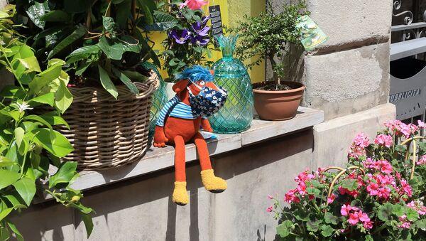 Un pupazzo su un balcone a Bergamo - Sputnik Italia