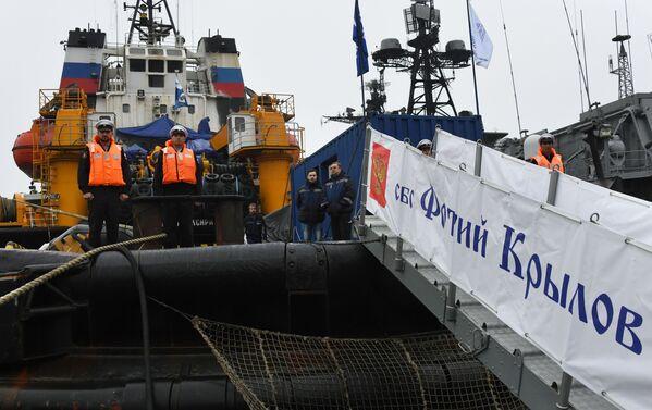 L'equipaggio del rimorchiatore di salvataggio della flotta del Pacifico Foty Krylov al porto di Vladivostok, Russia, durante la cerimonia solenne per il ritorno dalla spedizione. - Sputnik Italia