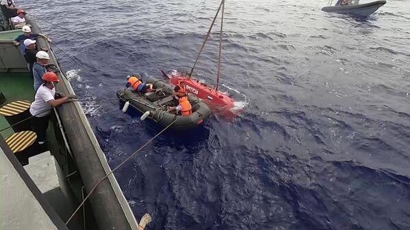 L'equipaggio del rimorchiatore di salvataggio della flotta del Pacifico Foty Krylov durante il ritorno dell'apparecchio subacqueo autonomo Vityaz-D dal fondo della fossa delle Marianne. - Sputnik Italia