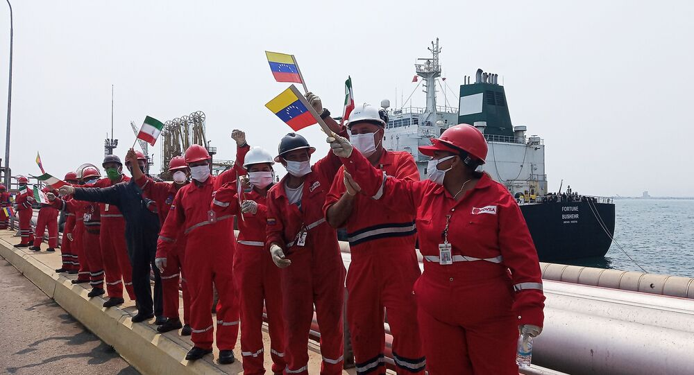 Il benvenuto alla petroliera iraniana Fortune alla raffineria El Palito, in Venezuela