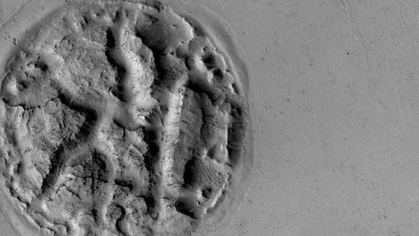 Alla fine del 2014, l'IFA ha catturato un'incredibile isola a forma di wafer sulla superficie del pianeta.  - Sputnik Italia