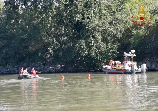 Individuato dai sommozzatori dei vigili del fuoco all'interno della carlinga il corpo del ragazzo disperso da ieri dopo l'incidente a Roma