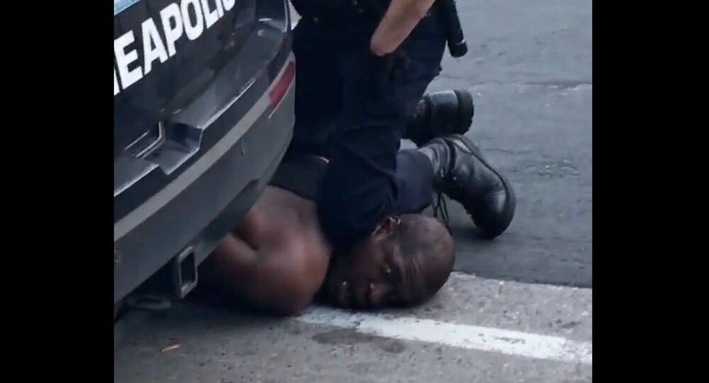 Afroamericano George Floyd mentre viene soffocato col ginocchio da poliziotto del Dipartimento di Minneapolis