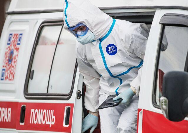 Coronavirus in Russia - medico del pronto soccorso all'ospedale di Komunalke