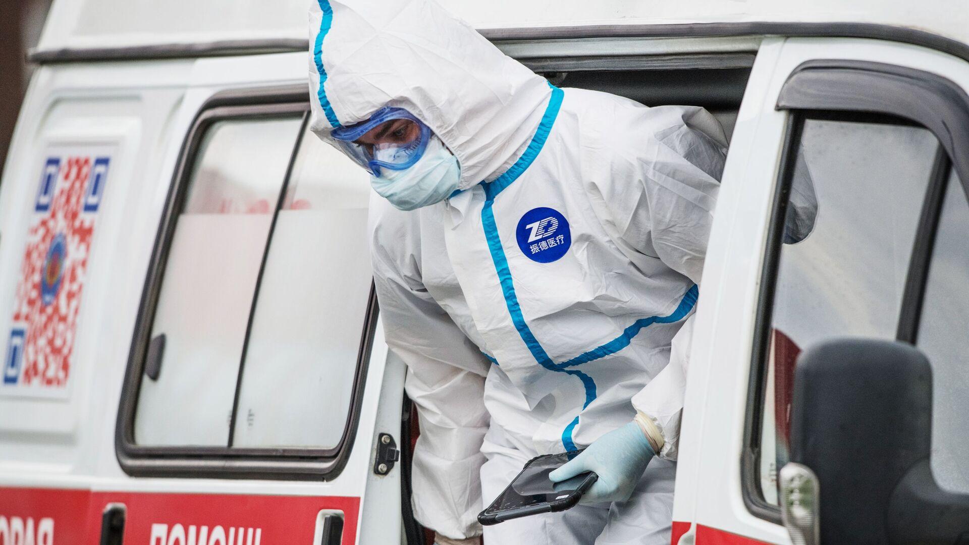 Coronavirus in Russia - medico del pronto soccorso all'ospedale di Komunalke - Sputnik Italia, 1920, 05.03.2021