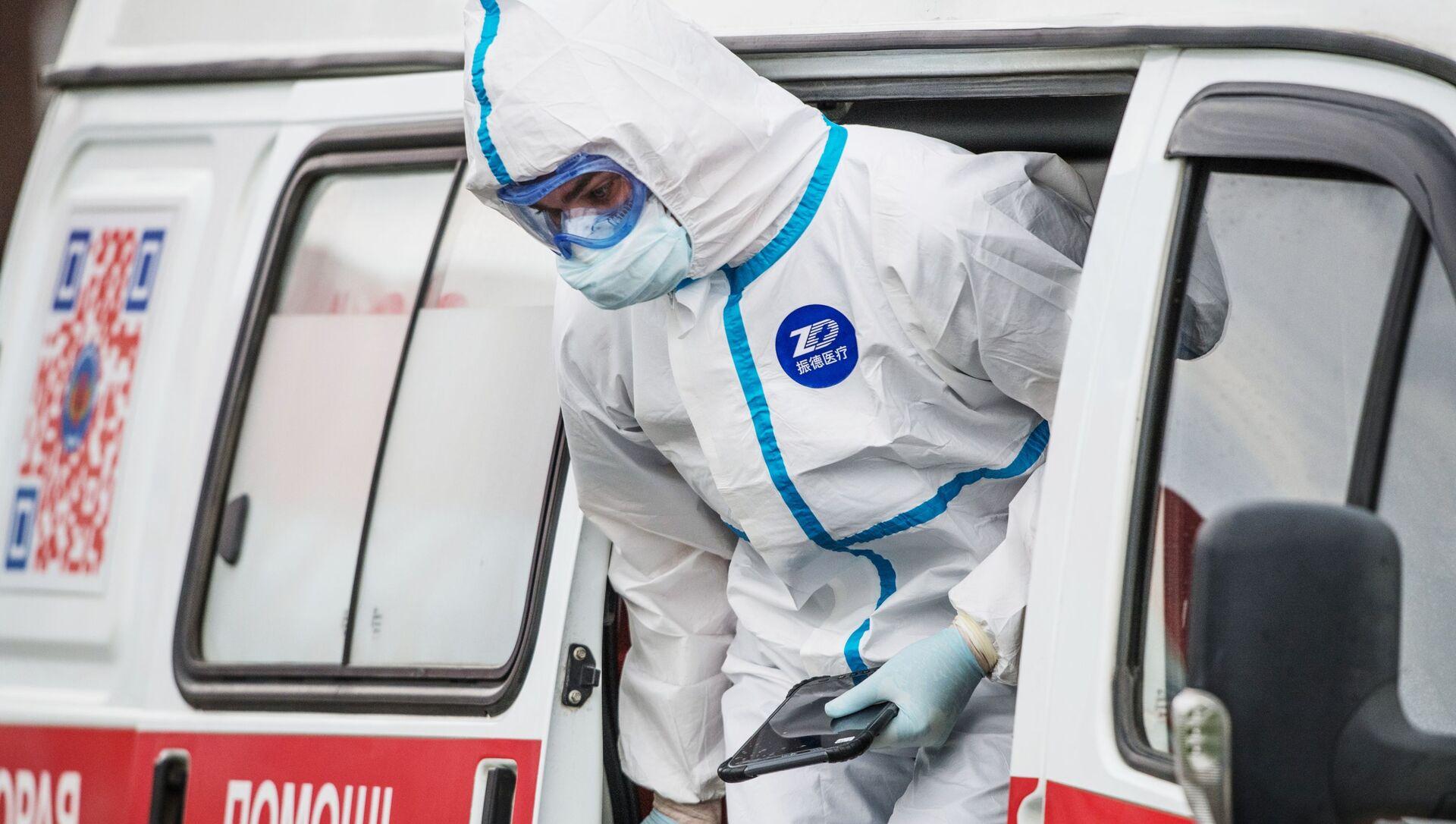 Coronavirus in Russia - medico del pronto soccorso all'ospedale di Komunalke - Sputnik Italia, 1920, 03.05.2021