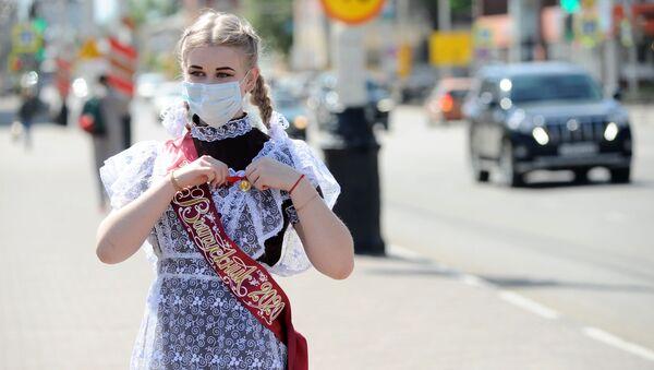 Coronavirus in Russia - Выпускница в школьной форме в день последнего школьного звонка на улице Советская в Тамбове - Sputnik Italia