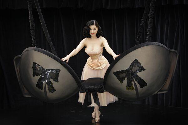 La ballerina di burlesque statunitense Dita Von Teese a Londra, martedì 23 settembre 2008 - Sputnik Italia