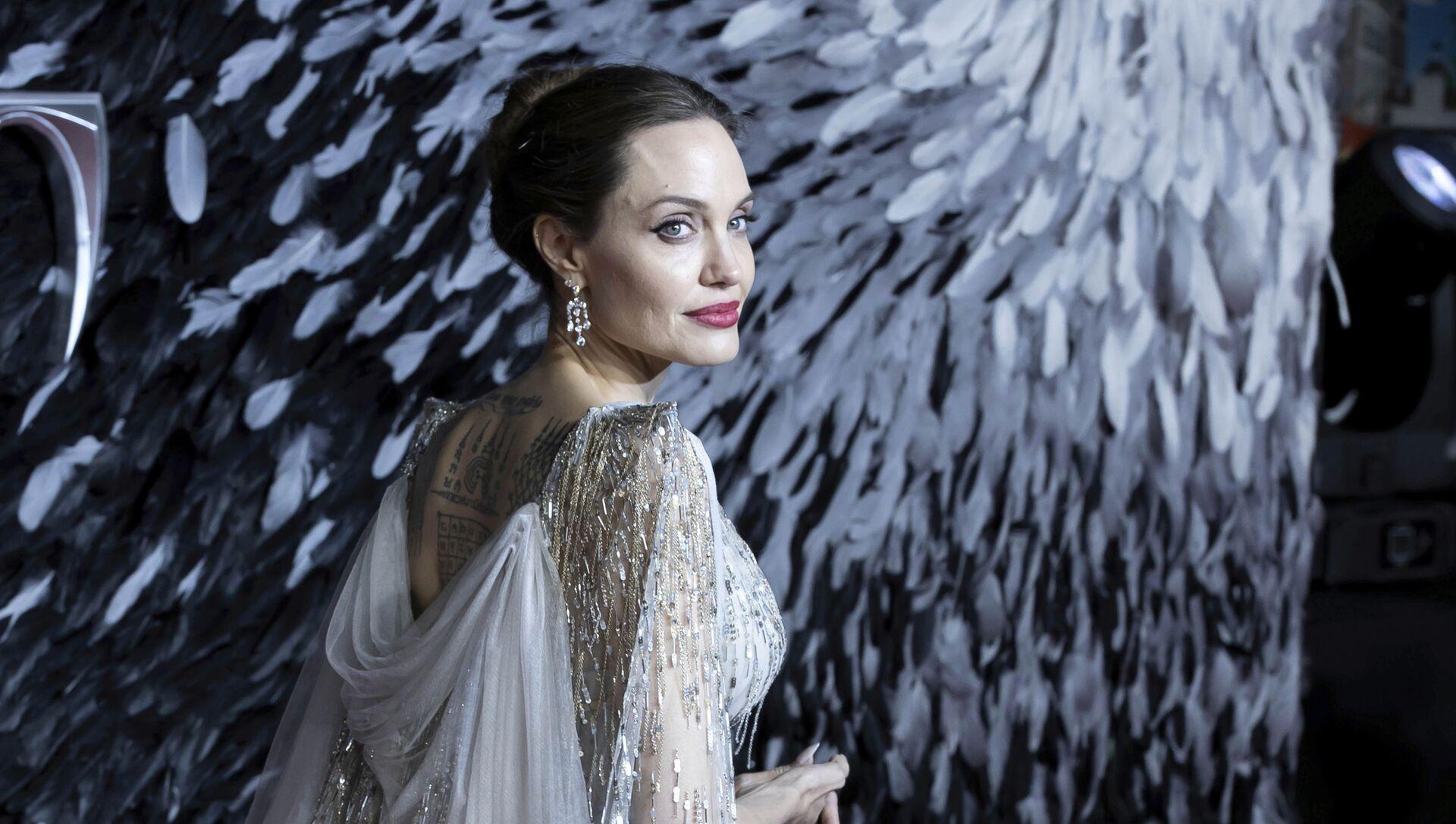 Актриса Анджелина Джоли на кинопремьере в Лондоне - Sputnik Italia, 1920, 02.03.2021