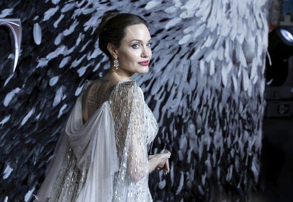 L'attrice Angelina Jolie posa per i fotografi all'arrivo alla premiere europea del film Maleficent Mistress of Evil nel centro di Londra, mercoledì 9 ottobre 2019 - Sputnik Italia