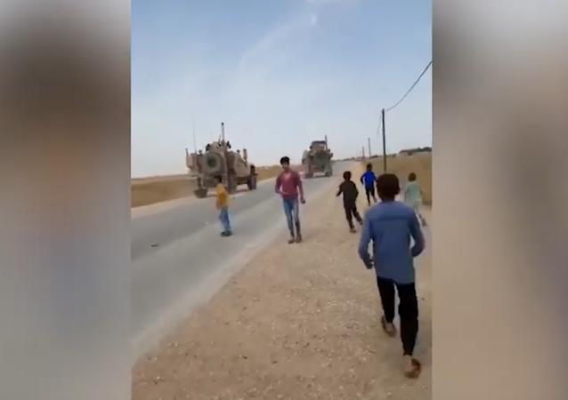 Bambini siriani lanciano pietre contro convoglio Usa in provincia di al-Hasakah