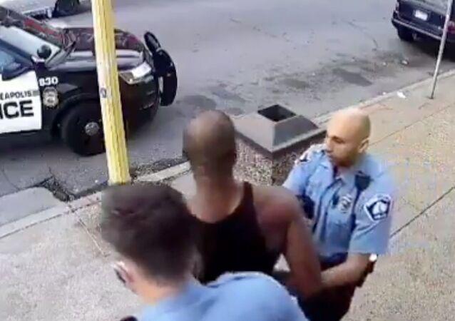 Nuove immagini su arresto di George Floyd a Minneapolis