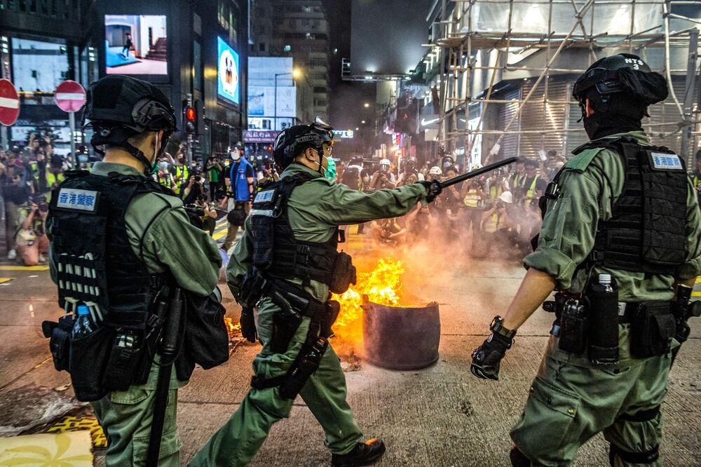 La polizia contro i manifestanti antigovernativi a Hong Kong